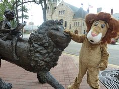 Meet Shakespurr, the library lion, at MidPointe Library Middletown! | www.gettothebc.com | Butler County, Ohio