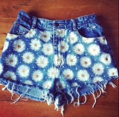(DIY SHORTS) Daisy using a bleach stick and fabric marker this could be done on jeans, put something inside to prevent going to the other side of pants. Daily Fashion, Look Fashion, Womens Fashion, Fashion 2017, Fashion Trends, Daisy Shorts, Summer Outfits, Cute Outfits, Summer Shorts