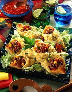 Unser beliebtes Rezept für Mexikanische Blätterteigtaschen und mehr als 65.000 weitere kostenlose Rezepte auf LECKER.de. Meat Recipes, Mexican Food Recipes, Ethnic Recipes, Yummy Snacks, Yummy Food, Recetas Salvadorenas, Puff Recipe, Pastry Recipe, Pizza Snacks