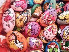 Színpompás talizmánok, kavicsokra festett (kóbor) angyalok Mariannától   Életszépítők Mother Nature, Painted Rocks, Easter Eggs, Embellishments, Diy Crafts, Crafty, Art Therapy, Rock Painting, Food
