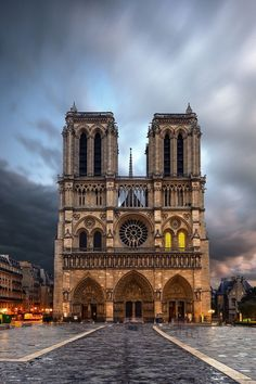 A Notre Dame de Paris katedrális elengedhetetlen a szerelem városa.
