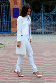 White trench coat, skinnies and heels ♥