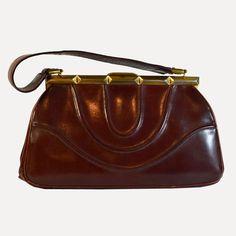 Sac à main en cuir bordeaux vintage, des années 50. DeeDee Vintage, boutique spécialisée dans la mode vintage des années 1920 à 1990. Les articles sont uniques et ont été sélectionnés dans la tendance vintage actuelle.