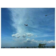 #マニラ湾 と#フィリピン航空 の#飛行機 #manilabay and #philippineairlines #airplane #sky#clouds#philippines#フィリピン#空#雲