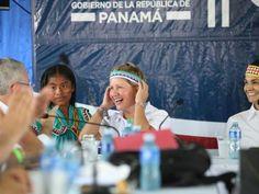 Lorena Castillo (centro), primera dama de Panamá, junto a la Vicepresidenta y Canciller de la República, Isabel Saint Malo, ambas con elementos del atuendo femenino ngäbe-buglé. Consejo de Gabinete en Kankintú. / Ministerio de la Presidencia