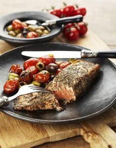Zalm met warme olijven en tomaatjes: Ingrediënen: 2 personen 2 zalmfilets handvol kleine tomaatjes of zongedroogde tomaten handvol olijven met knoflook en rozem