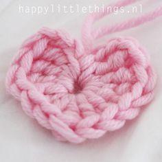 Hartje Haken (patroon!) Crochet Bows, Crochet Gifts, Diy Crochet, Crochet Flowers, Crochet Stitches, Knitting Patterns, Crochet Patterns, Crochet Humor, Learn To Crochet
