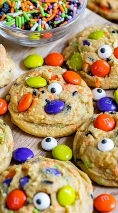 Halloween Cookies - Crazy for Crust - - Halloween Cookies are an easy pudding cookie recipe with Halloween sprinkles and candy! These chocolate chip cookies are all dressed up for Halloween! Halloween Party Snacks, Halloween Torte, Postres Halloween, Halloween Desserts, Halloween Cookies, Halloween Halloween, Halloween Recipe, Halloween Baking, Halloween Drinks