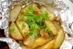 Se denne virkelig skønne opskrift på kartoffelpakker med hvidløg og rosmarin, der både kan laves i ovn og grill. Kartoffelpakker med hvidløg og rosmarin er en måde at lave kartofler som tilbehør. K…