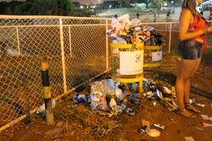 Após algumas horas de evento, as lixeiras já transbordavam e o lixo se misturava entre recicláveis e orgânicos