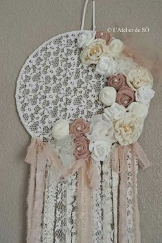VIRÁGOS ÁLOMFOGÓK Doilies Crafts, Yarn Crafts, Diy And Crafts, Doily Dream Catchers, Blue Dream Catcher, Dreamcatchers, Rever Mariage, Bohemian Crafts, Indian Arts And Crafts