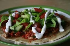 Deze vegan-variant van de welbekende Turkse Pizza is afkomstig van de Groene Meisjes: Merel en Jamie. Kijk ook eens op hun blog voor meer groene inspiratie!