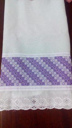 Pano de prato em sacaria 100% algodão, nas dimensões 40cm x 70cm, com bordado em tecido xadrez e bordado inglês.