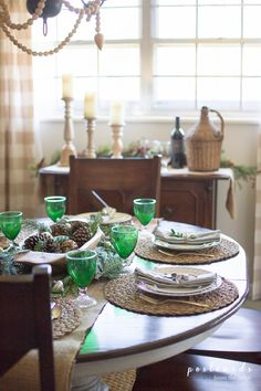 LOVE this simple farmhouse style natural tablescape for Christmas and winter