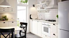Kjøkken med hvite KROKTORP skuffefronter og dører og hvite skap.