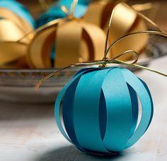As bolas de Adriana Suzuki são tiras de papel colorido presas por um ilhós. Só não pode molhar! (Decoração de Natal | Christmas decor)