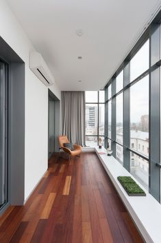 Balcony Enclosures These Glass Balcony Renovations Will Add a New Beautiful Space to Your Home. Modern Balcony, House With Balcony, Grey Wood Floors, Hardwood Floors, Wood Flooring, Glass Balcony, Balcony Garden, Modern Apartment Design, Wood Interior Design
