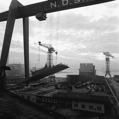 Rijdende scheepskraan met romponderdeel voor de bouw van een supertanker op de NDSM werf, Amsterdam 1967