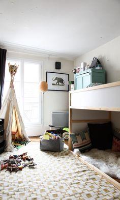 Tipi, peau de mouton, Tapis Ikéa Jaune, et panier en feutre gris, une chambre d'enfant cosy !