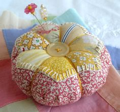 Reserved for Robin Patchwork Pincushion Hand Applique in Sunny Sweet Prints Sewing Box, Love Sewing, Sewing Notions, Sewing Kits, Quilting Projects, Sewing Projects, Diy Projects, Fabric Crafts, Sewing Crafts