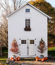 Exterior Paint Colors - You want a fresh new look for exterior of your home? Get inspired for your next exterior painting project with our color gallery. All About Best Home Exterior Paint Color Ideas Halloween Kunst, Fall Halloween, Halloween House, Green Design, Floral Design, Barndominium Floor Plans, Autumn Inspiration, Cabana, Farmhouse Style