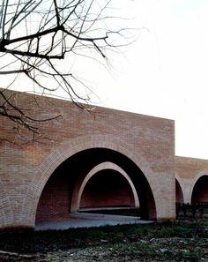 Il chiostro si trova all'interno dei giardini e degli orti di un monastero di clausura a Lucca.  La costruzione del portico, prevista in aderenza al muro esistente, è necessaria per garantire alle suore l'indipendenza visiva dalle costruzioni ci...