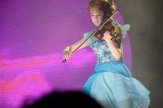 la virevoltante Lindsey Stirling en concert cela ressemble à ceci ==> http://ma-musique-communautaire.com/lindsey-stirling-nous-offre-son-show/