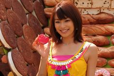 写真:和菓子が好きだという内山理名さん女優の内山理名さんが2日、東京・自由が丘で開催中のイベント「自由が丘スイーツフェスタ2010」に登場し、「お菓子の家」の除幕式を行った。
