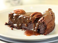מתכון לעוגת שוקולד בלי קמח, לחה ועסיסית מבפנים ומעליה רוטב קרמל (שקל להכין, באמת!) ופקאנים. פשוט תענוג מושחת-   מעולה!!!!
