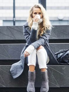 8 Hilarious Quotes From Men on the Ever-Polarising Sheepskin Boots Ugg Boots Outfit, Winter Boots Outfits, Ugg Shoes, Classic Ugg Boots, Ugg Classic Short, Grey Uggs, Short Uggs, Mini Short, Outfits Mujer