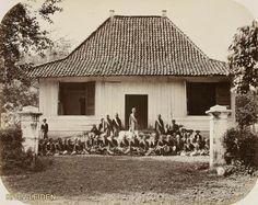 De wedono van Tjisondari bij Bandoeng met...