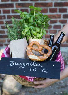 DIY Geschenkidee zum Einzug: Ein Biergarten to go. Im Korb könnt ihr wunderbar Geldgeschenke oder Gutscheine schön und kreativ verpacken.