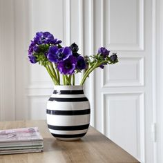 Fill the fresh flowers of the season into the black-striped Omaggio vase.