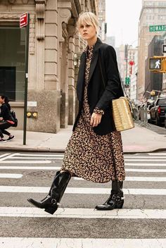 Midi Printed Dress Blazer Outfit Ideas Cowboy Boot Outfit Ideas Street Style 2019 Trends Metallic Accessories Western Details Western Trend boots cowboy 5 Outfit Ideas to Wear with your Western Boots Casual Street Style, Style Casual, Casual Chic, Casual Fall, Style Désinvolte Chic, Style Noir, Mode Style, Fashion 2018, Fashion Week