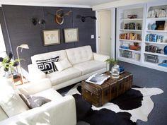 Одинаковый цвет стен и пола зрительно увеличивает гостиную.