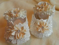 Really pretty crib shoes to fit 0-4 month baby or 21-23 reborn   cream crib shoes covered in a cream venise lace and ribbon flowers with diamante shoes fasten with Velcro really pretty shoes  I am a qualified seamstress and have been making baby and dolls clothes for around 45 years. All items are quality made and finished. All fabrics and trimmings are new and from around the world  I have a purpose build studio which is smoke and pet free  Happy to combine postage for more than one item