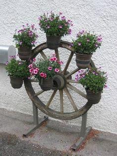 A Wagon Wheel Chandelier – Home Decorating Diy Garden Bed, Garden Crafts, Garden Projects, Garden Art, Flower Garden Design, Backyard Garden Design, Garden Landscape Design, Small Yard Landscaping, Garden Fire Pit