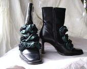 boots cuir noir à hauts talons customisées : Chaussures par polline-moineau