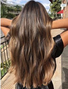 20 Beautiful Balayage Sun-kissed Highlights for 2018 Looking for to switch up your existing hair colors? See here the sensational ideas of balayage sun-kissed hair colors and highlights to sport with long hair in This is one of the hair colors which Brown Hair Balayage, Brown Blonde Hair, Hair Color Balayage, Blonde Honey, Honey Balayage, Honey Hair, Balayage Hair Brunette Long, Caramel Balayage Brunette, Gray Hair
