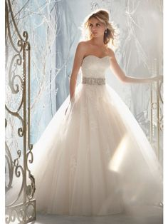 Sweetheart Sleeveless Strapless Tulle Wedding Dress with Beaded Lace Appliques