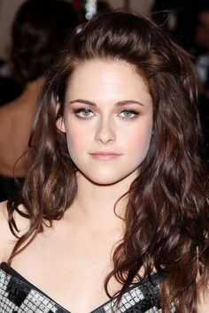 Kristen Stewart with a natural makeup look Hair Color Dark, Brown Hair Colors, Hair Colour, Chocolate Brown Hair Pale Skin, Rich Brown Hair, Chocolate Hair, Dark Brown, Fair Skin, Dyed Hair