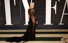 Самые обсуждаемые наряды знаменитостей  РИТА ОРА Певица в провокационном платье Donna Karan Atelier на вечеринке Vanity Fair Oscar Party в 2015 году.