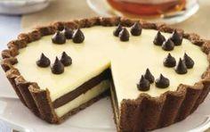Torta al doppio cioccolato - La torta al doppio cioccolato è la ricetta di un delizioso dolce da gustare come merenda o a fine pasto. La base della torta è realizzata con della semplice pasta frolla che poi dovrà essere farcita con due strati di ganache al cioccolato bianco e un strato intermedio realizzato con la ganache al cioccolato fondente. Per la base della torta potete anche preparare un pan di Spagna classico oppure al cacao. In questo modo, potete ottenere una golosa variante della…