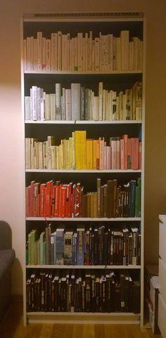 """Zdjęcie pana Radosława Kurzeja:  """"Pracując jako bibliotekarz, mam do czynienia ze stałym porządkiem i układem książek. Dlatego w swoim domowym księgozbiorze lubię eksperymentować i często zmieniać ułożenie. Ostatnio zdecydowałem się na kompozycję według kolorów, choć muszę przyznać, że czasem trudno połapać mi się w tym pozornym porządku. Na szczęście pozycje z charakterystycznym """"T"""" w logo są łatwe do wyłapania z chaosu."""". #biblioteka #library #books #książki #czytam #konkurs"""