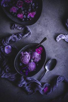 Blueberry and mascarpone ice cream // Blueberry mascarpone ice cream You can even think of Cream Aesthetic, Aesthetic Food, Mascarpone Ice Cream, Kreative Desserts, Dark Food Photography, Icecream Photography, Photography Ideas, Purple Food, Vanilla