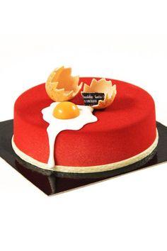 Easter cake with a broken egg / pääsiäiskakku rikkoutunut kansnmuna
