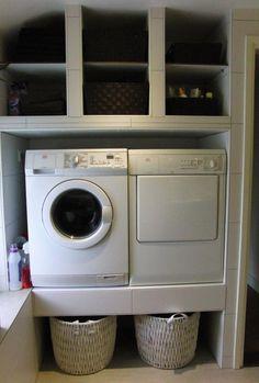 Wasmachine omhoog en wasmanden eronder. super handig voor als je niet genoeg muren hebt.