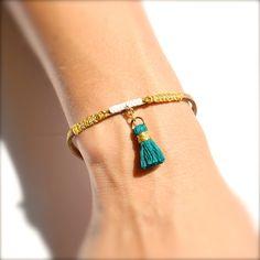 Bracelet cordon beige, macramé blanc et doré, pompon vert jade Créateur -Bijoux ENORA-