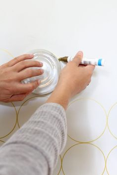 How to Create a Patterned Accent Wall (Without Wallpaper) Create a DIY patterned accent wall using a sharpie paint pen and a bowl or plate from your home for tracing. Sharpie Wall, Sharpie Paint Pens, Diy Tapete, Diy Wall Painting, Painting Accent Walls, Painting Designs On Walls, Stenciling Walls, Stencil Painting On Walls, Paint Walls