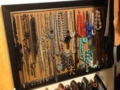 Use a framed cork board, push pins and hang your necklaces. I hung this in my walk-in closet! Storage Hacks, Diy Storage, Storage Ideas, Wall Storage, Uni Bedroom, Hanging Necklaces, Hanging Jewelry, Dorm Room Organization, Jewelry Organization